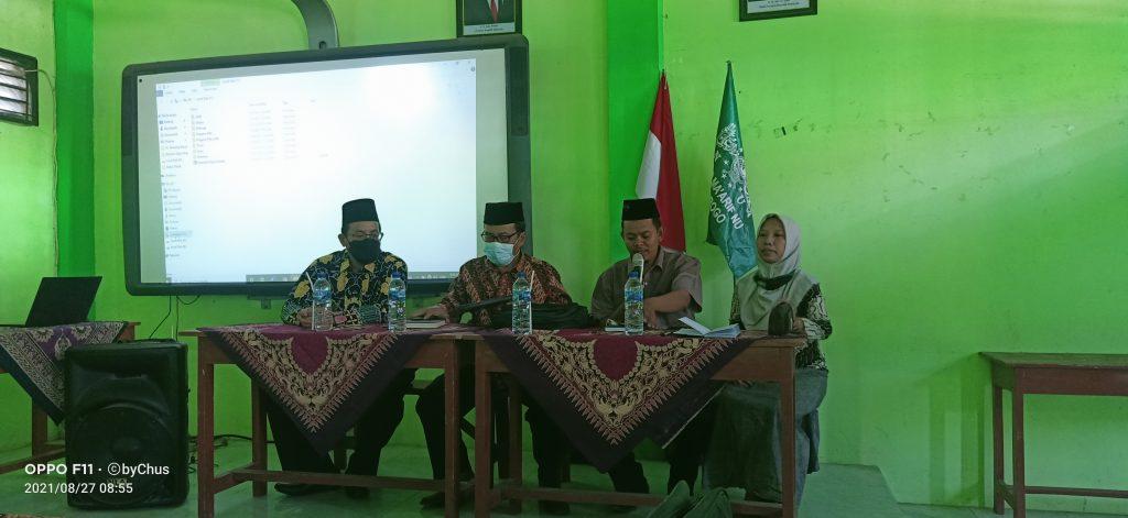 Suasana saat pendampingan re-akreditasi oleh pengawas Kemenag Drs. Irhamni, M. Pd.I  dan Assesor BAN SM Dr. Suad Fikriawan M. A di ruang Multimedia MTs-MA  Al-Mukarrom